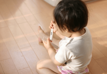 体温計を持つ子供