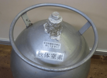 液体窒素で水いぼを凍結する治療方法