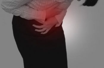 激しい腹痛を訴える女性