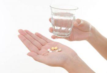 薬を服用する時には水かぬるま湯で